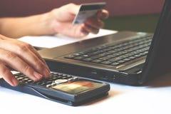 Il risparmio, finanze, l'economia e concetto dell'ufficio, calcola come muc Fotografia Stock Libera da Diritti