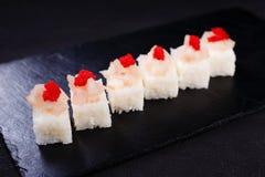 Il ristorante dei frutti di mare, ha premuto i sushi con il pettine fotografie stock