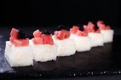Il ristorante dei frutti di mare, ha premuto i sushi con il tonno fotografie stock