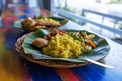 Il ristorante del vegetariano o del vegano serve la vista laterale, riso indiano piccante caldo in ciotola Alimento locale orient immagine stock libera da diritti