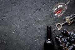 Il ristorante ha messo con la bottiglia e l'uva di vino sul modello di pietra di vista superiore Immagini Stock