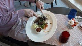 Il ristorante lega fuori un piatto dal cuoco unico archivi video