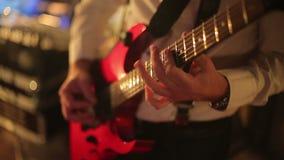 Il ristorante il musicista gioca la chitarra archivi video