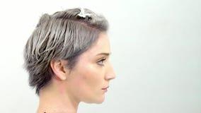 Il risultato dei tagli di capelli e del movimento lento di coloritura di capelli archivi video