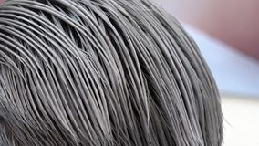 Il risultato della coloritura dei capelli nel colore grigio d'acciaio perfetto video d archivio