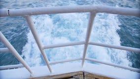 Il risveglio di una barca come visto dal lato di una nave stock footage