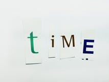 Il ritaglio del tempo esprime il collage delle lettere miste della rivista con fondo bianco Fotografia Stock Libera da Diritti