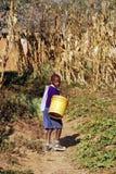Il ritorno dalla scuola ad un bambino africano, Tanzania, Africa 75 Immagine Stock