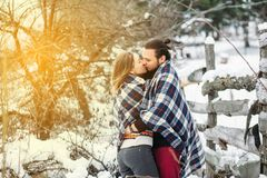 Il ritratto all'aperto di modo di giovani coppie sensuali nell'inverno freddo sopravvive Amore e bacio Immagine Stock