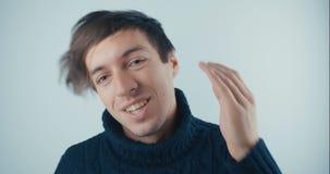 Il ritratto Amazed ha sorpreso il giovane in maglione nero su fondo bianco Vittoria o successo improvvisa Concetto di vittoria archivi video