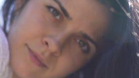Il ritratto attraente della donna, occhi scuri femminili sembra diritto in camera, movimento lento archivi video