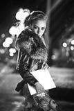 Il ritratto castana splendido sexy della ragazza nella città di notte si accende Fotografia Stock