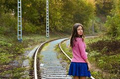 Il ritratto colourful della ragazza sulle rotaie immagine stock libera da diritti