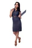 Il ritratto completo del corpo della donna di affari pensa in vestito con la lavagna per appunti e la penna, isolate su bianco Immagine Stock