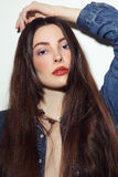Il ritratto d'annata di stile di giovane bella ragazza con alla moda fa Fotografie Stock Libere da Diritti