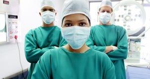 Il ritratto dei chirurghi e dell'infermiere che stanno con le armi ha attraversato la stanza in funzione archivi video