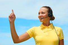 Il ritratto dei giovani allegri sorridenti felici sostiene l'operatore del telefono Fotografia Stock