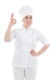 Il ritratto dei giovani cucina la donna che mostra il segno giusto isolato su bianco Immagini Stock
