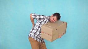 Il ritratto dei pesi di trasporto di un uomo ha i problemi o dolore alla schiena severo stock footage