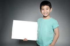 Il ritratto del bambino asiatico con il piatto in bianco per aggiunge il vostro testo Fotografia Stock Libera da Diritti