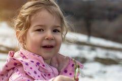 Il ritratto del bucaneve di raccolto del piccolo bambino fiorisce in primavera Immagine Stock Libera da Diritti