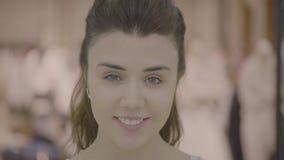 Il ritratto del fronte della donna felice castana sorridente video d archivio