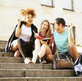 Il ritratto del gruppo internazionale di studenti si chiude sul sorridere, bl Fotografia Stock Libera da Diritti