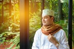 Il ritratto del hijab musulmano arabo della tenuta dell'uomo a disposizione, sembra il tho di andata Fotografia Stock Libera da Diritti