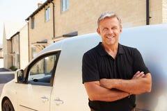Il ritratto del mezzo ha invecchiato il commerciante che fa una pausa il suo furgone Immagine Stock Libera da Diritti