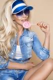 Il ritratto del modello femminile biondo sexy si è vestito in jeans Fotografia Stock