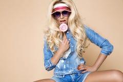 Il ritratto del modello femminile biondo sexy si è vestito in jeans Immagine Stock