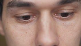 Il ritratto del primo piano dell'uomo con marrone osserva in corso dello sguardo del qualcosa video d archivio