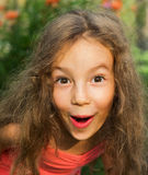 Il ritratto del primo piano della bambina sveglia è sorpreso e così felice a questo proposito Fotografie Stock Libere da Diritti
