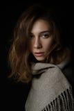 Il ritratto del primo piano della giovane donna con capelli lunghi è coperto di sciarpa fotografia stock libera da diritti