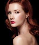Il ritratto del primo piano di bella ragazza dai capelli rossi mezzo ha girato più fotografia stock libera da diritti