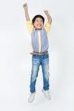 Il ritratto del ragazzo sveglio asiatico sta saltando Immagini Stock Libere da Diritti