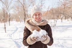 Il ritratto del ` s della ragazza nell'inverno nel parco Immagine Stock