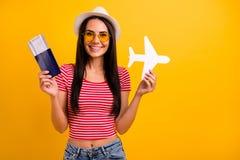 Il ritratto dell'aereo adorabile piacevole della carta di carta della mano della tenuta dello studente vuole il viaggiatore che i immagini stock