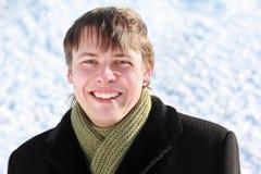Il ritratto dell'allievo è in mano protettiva di inverno Fotografia Stock Libera da Diritti