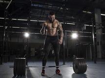 Il ritratto dell'atleta muscolare che celebra il suo succesfull ATT Immagini Stock Libere da Diritti