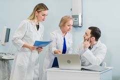 Il ritratto dell'giovani medici astuti funziona in un ospedale fotografie stock libere da diritti
