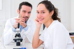 Il ritratto dell'scienziati team in un laboratorio Fotografia Stock Libera da Diritti