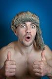 Il ritratto dell'uomo allegro dei pantaloni a vita bassa con le emozioni pazze, gesture buon e le elasticità sfogliano su Fotografia Stock Libera da Diritti