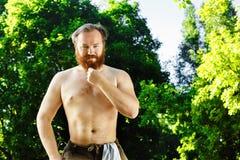 Il ritratto dell'uomo barbuto maturo sorridente con il contatto rosso dei capelli è Fotografia Stock Libera da Diritti