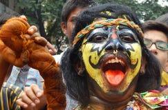 Il ritratto dell'uomo indiano vestito ed ha decorato come pothuraju durante il festival di indù di Bonalu Fotografia Stock