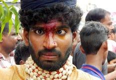 Il ritratto dell'uomo indiano vestito ed ha decorato come pothuraju durante il festival di indù di Bonalu Immagini Stock