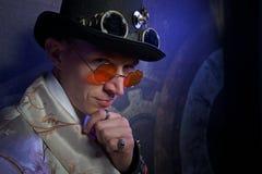 Il ritratto dell'uomo nello stile punk del vapore con le ore Fotografie Stock Libere da Diritti
