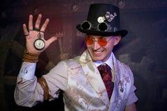 Il ritratto dell'uomo nello stile punk del vapore con le ore Immagini Stock Libere da Diritti