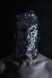 Il ritratto dell'uomo si è vestito nella maschera terribile del metallo Immagine Stock Libera da Diritti