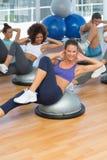 Il ritratto della classe allegra di forma fisica che fa i pilates si esercita Fotografie Stock Libere da Diritti